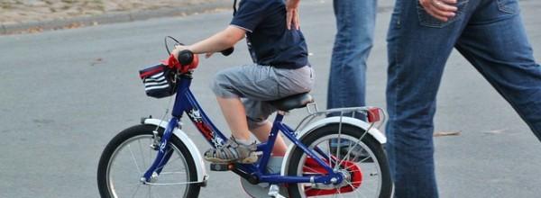 補助なしで自転車の練習の前に子供交通リテラシーを高めるのが先