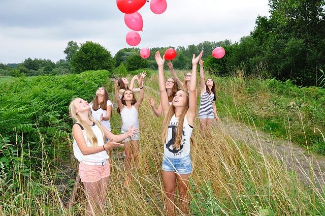 girls-1563093_640